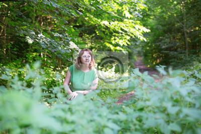 Fototapete Schöne Mädchen in einem Wald an einem Sommertag