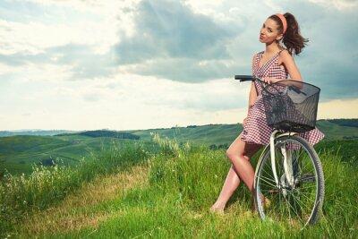 Fototapete Schöne Mädchen mit Vintage Fahrrad im Freien, Toskana Sommerzeit