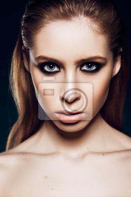 Fototapete Schöne Mädchen Modell Mit Rauchigen Augen Make Up Im Studio Auf  Dem Hintergrund