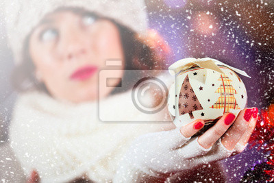 schöne Mädchen sieht mit verträumten Augen eine Weihnachtsdekoration