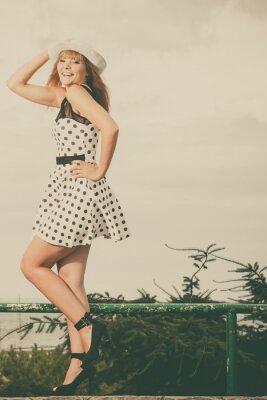 Fototapete Schöne Retro-Stil Mädchen in Polka punktierten Kleid.
