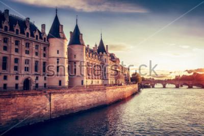 Fototapete Schöne Skyline von Paris, Frankreich, mit Conciergerie, Pont Neuf bei Sonnenuntergang. Bunter Reisehintergrund. Romantisches Stadtbild.