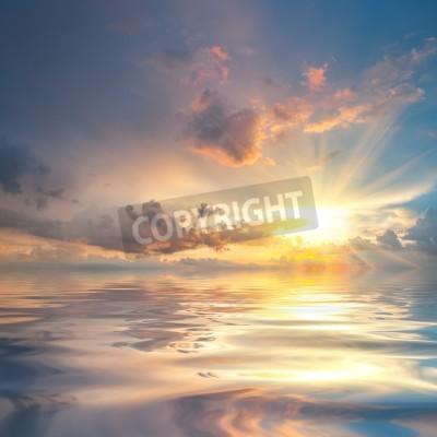 Fototapete Schöne Sonnenuntergang über Meer mit Reflexion im Wasser, majestätische Wolken am Himmel