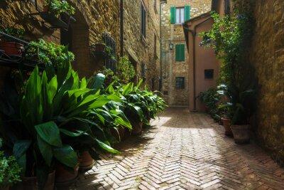 Fototapete Schöne Straßen des mittelalterlichen toskanischen Dorfes in Italien, Pienz