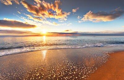Fototapete Schöne tropische Sonnenaufgang am Strand.