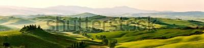 Fototapete Schöne und wundersame Farben der grünen Frühlingspanoramalandschaft von Toskana, Italien.