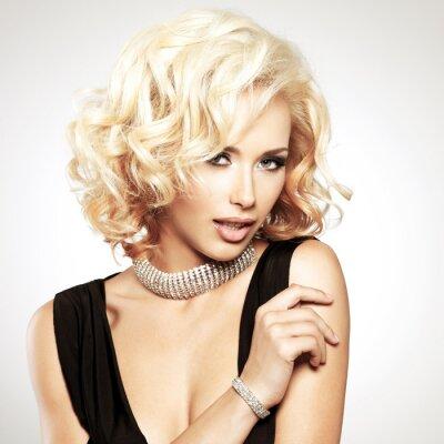 Fototapete Schöne weiße Frau mit lockigen Frisur