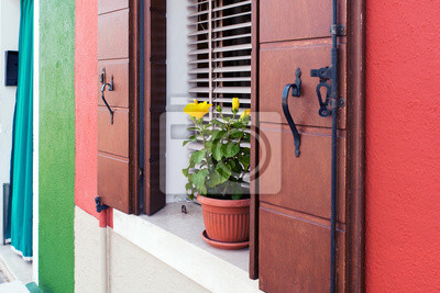Schoner Gelber Blumenvase Auf Fensterbrett In Burano Italien