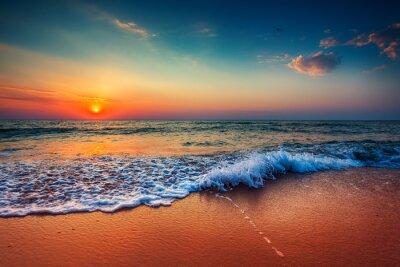 Fototapete Schöner Sonnenaufgang über dem Meer und brechen Ozean Welle