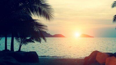 Fototapete Schöner Sonnenuntergang an der tropischen Seeküste.