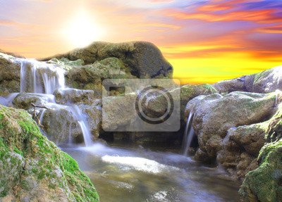 Fototapete Schöner Wasserfall am Sonnenuntergang