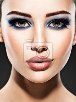 Schones Gesicht Einer Jungen Frau Mit Blauen Make Up Der Augen