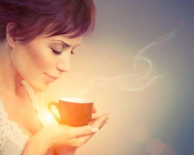 Fototapete Schönes Mädchen genießen Kaffee. Frau mit Cup of Hot Beverage