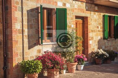 Fototapete Schones Steinhaus Mit Fenstern Grune Fensterladen Und Blumen