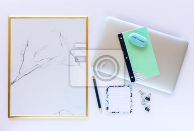 Schreibtisch Entwurfs Schablone Mit Laptop Leeres Anschlagbrett