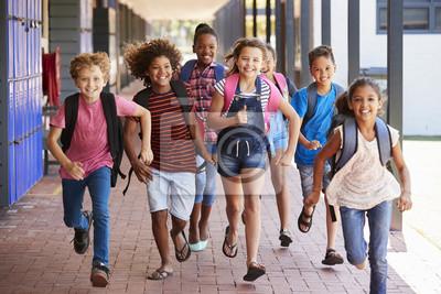 Fototapete Schulkinder laufen in der Grundschule, Vorderansicht