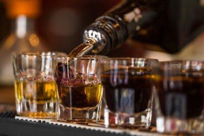 Fototapete Schüsse mit Whiskey und liqquor in Cocktailbar