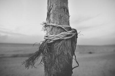 Fototapete Schwarz und weiß Nahaufnahme von Pole in den Strand mit Seil verdreht