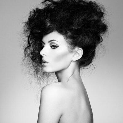 Fototapete Schwarz-Weiß-Foto der schönen Frau mit herrlichem Haar