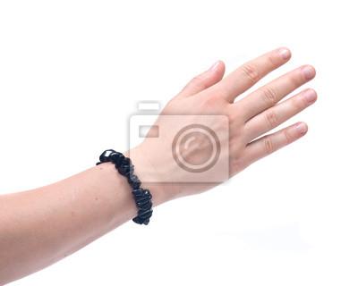 Schwarzer turmalin-armband am handgelenk der frau isoliert auf ...