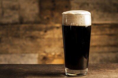 Fototapete Schwarzes Bier auf Holzuntergrund