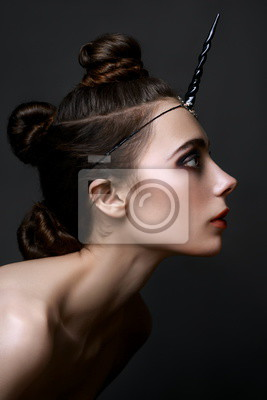 Junges Schönes Mädchen Im Bild Eines Schwarzen Einhorns Mit Fantastischer  Gotischer Frisur