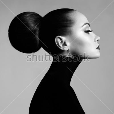 Fototapete Schwarzweiss-Modekunst-Studioporträt der schönen eleganten Frau im schwarzen Rollkragen. Haare werden im Fernlicht gesammelt. Eleganter Ballettstil