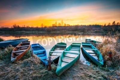 Fototapete See, Fluss und Rudern Fischerboot bei schönen Sonnenaufgang im Herbst Morgen. Alte Holzboote und mattes Gras