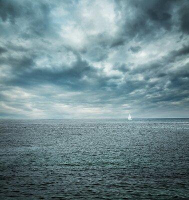 Fototapete Segelboot an der stürmischen See. Dunklen Hintergrund.