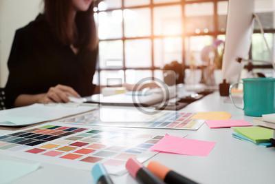 Fototapete Selektive Fokus auf kreative Tisch und Frau Grafik-Design Unschärfe im Hintergrund mit Vintage-Ton.