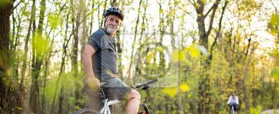 Fototapete Senior Mann auf seinem Mountainbike im Freien