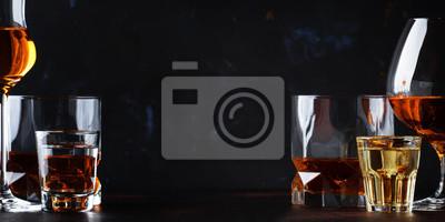 Fototapete Set von starken alkoholischen Getränken in Gläsern und Schnapsglas in verschiedenen: Wodka, Rum, Cognac, Tequila, Brandy und Whisky.  Dunkler Weinlesehintergrund, selektiver Fokus