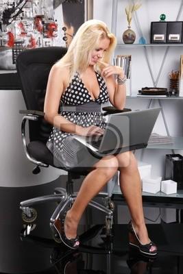 Sexy blonde arbeitet mit ihrem Laptop