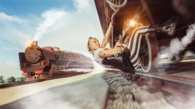 Fototapete Sexy Frau mit der Pistole versucht, den Zug zu stoppen.