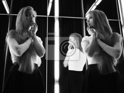 Sexy Mädchen Und Ihr Spiegelbild Im Spiegel Tabelle Fototapete