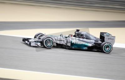 Fototapete SHAKIR, BAHRAIN - 4. April: Lewis Hamilton von Mercedes-Rennen während der Praxissitzung am Freitag, den 4. April 2014, Formel-1-Gulf Air Bahrain Grand Prix 2014