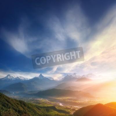 Fototapete Shangri-La Schöner Sonnenaufgang über dem Tal an den Ausläufern der verschneiten Berge.