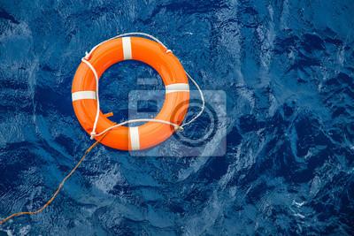 Fototapete Sicherheitsausrüstung, Lebenboje oder Rettungsboje, die auf See schwimmt, um Leute vom Ertrinkenden zu retten.