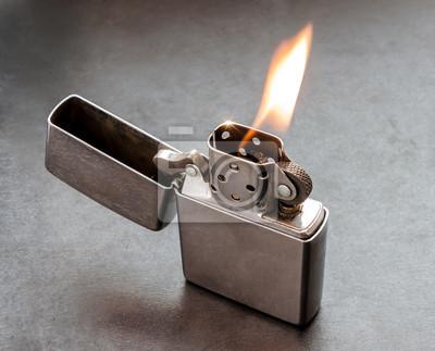 Fototapete Silber Metall-Feuerzeug auf schwarzem Hintergrund mit Flamme.