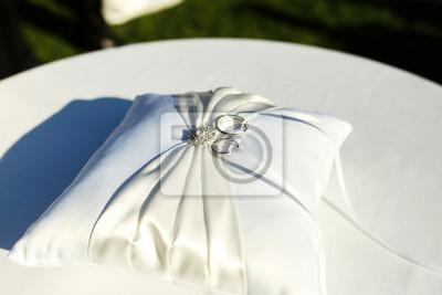 Silberne Hochzeit Ringe Liegen Auf Weissem Kissen Mit Kristallen