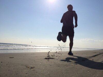 Fototapete Silhoette der Mann läuft am Strand
