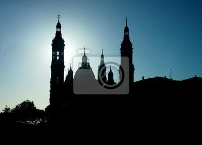 Silhouette der Basilika Unserer Lieben Frau von der Säule in Zaragoza in Spanien, mit einem der wichtigsten Türme mit dem Halo-Effekt