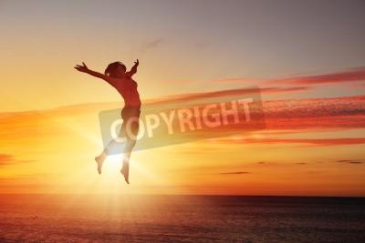 Fototapete Silhouette der Tänzerin springt gegen die Stadt in Lichter des Sonnenaufgangs