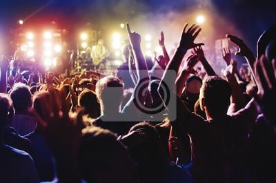 Fototapete Silhouetten von Konzertmasse und Mohawk-Punk-Frisur vor hellen Bühnenlichtern