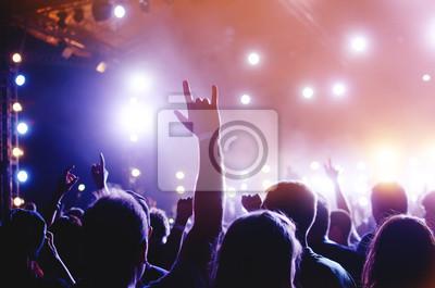 Fototapete Silhouetten von Menschen in einem hellen Pop-Rock-Konzert vor der Bühne. Hände mit Geste Hörner. Das rockt. Party in einem Club