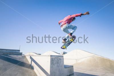 Fototapete Skateboardfahrer, der einen Trick in einem Skatepark tut