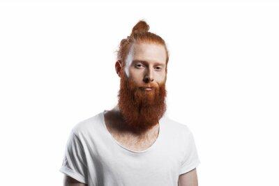 Smirk Auf Gesicht Red Bärtigen Mann Lächelnd Hipster Mit Orange