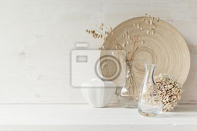 Fototapete Soft home Dekor aus Glasvase mit Ährchen und Holzplatte auf weißem Holz Hintergrund. Innere.