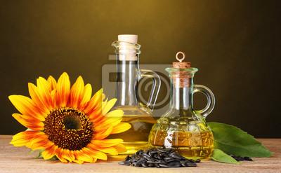 Sonnenblumenöl und Sonnenblume auf gelbem Hintergrund