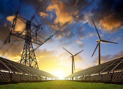 Fototapete Sonnenkollektoren mit Windkraftanlagen und Strommast bei Sonnenuntergang. Saubere Energie-Konzept.
